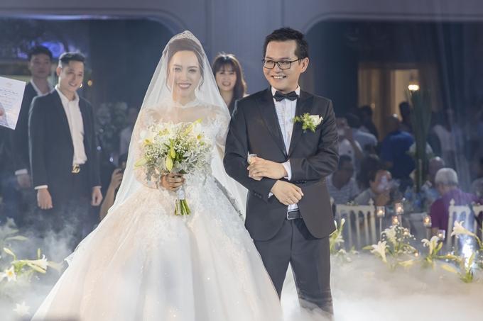 Những cặp vợ chồng lệch nhau ngót nghét 20 tuổi của showbiz Việt - Ảnh 7