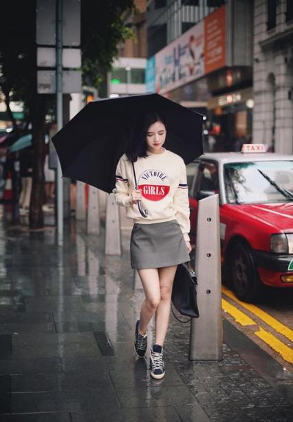 Phối áo len, áo nỉ cho ngày mưa - Ảnh 1