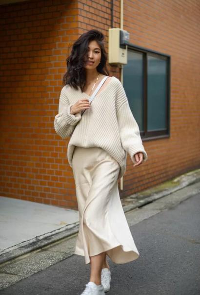 Phối áo len cùng váy lụa - Ảnh 1