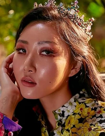 Sao Hàn người được khen, kẻ bị chê khi theo mốt makeup da căng bóng - Ảnh 7