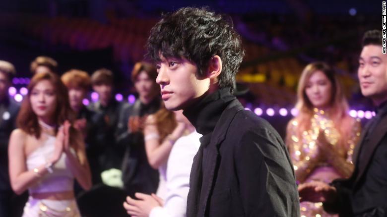 Jung Joon Young tại một lễ trao giải vào năm 2014. Thần tượng có vẻ ngoài điển trai, thư sinh này lại là kẻ quay trộm hàng loạt video sex. Anh đang đối diện án 5 năm tù.