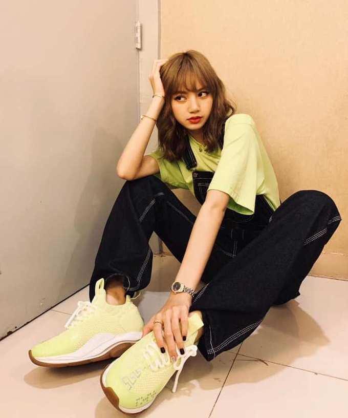 Lisa đã xuất hiện trên top tìm kiếm của Weibo 17 lần trong nửa đầu 2019, đứng đầu trong số các nghệ sĩ Kpop. Em út Black Pink chứng tỏ mức độ nổi tiếng toàn cầu. Các fan của Lisa luôn hết lòng bảo vệ thần tượng, sẵn sàng tẩy chay một nhãn hàng khi idol bị đối xử bất công.