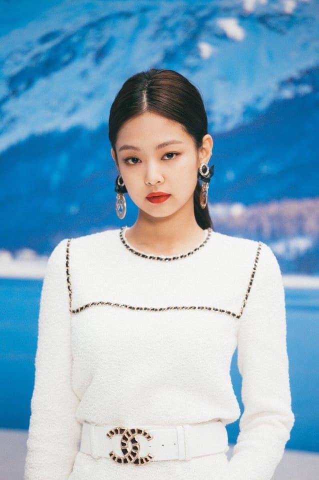 Jennie cũng được các fan Trung Quốc đặc biệt quan tâm. Tuy nhiên, thành viên Black Pink nhiều lần lên bảng hot search vì những tin tức tiêu cực như lười biếng, nhảy hời hợt, bắt nạt Lisa