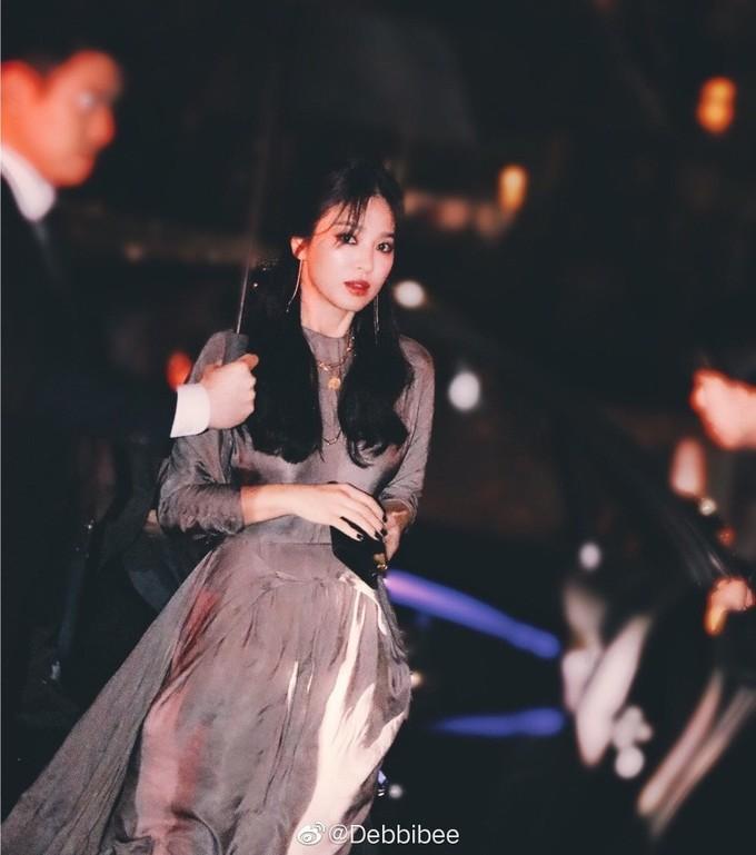 Song Hye Kyo là nữ diễn viên Hàn nổi tiếng nhất ở Trung Quốc. Đầu 2019, truyền thông Trung Quốc liên tục đưa tin vợ chồng Song - Song gặp trục trặc tình cảm, chuẩn bị ly hôn. Mỗi lần xuất hiện, Song Hye Kyo đều bị săm soi việc đeo nhẫn cưới. Nữ diễn viên xuất hiện 8 lần trên hot search của Weibo.