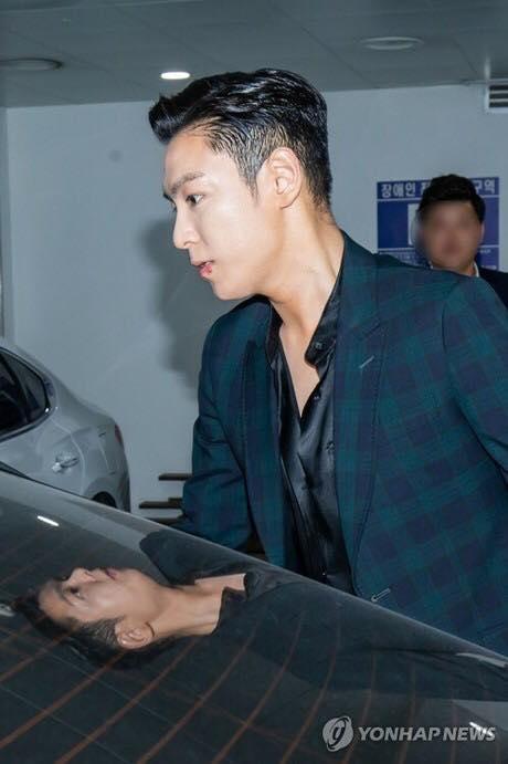 T.O.P tránh truyền thông, cúi chào từng fan sau khi xuất ngũ - Ảnh 1