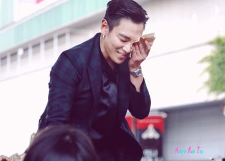 T.O.P tránh truyền thông, cúi chào từng fan sau khi xuất ngũ - Ảnh 2