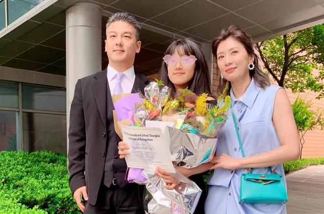 Giả Tịnh Văn bên chồng cũ và con gái lớn. Doanh nhân Tôn Chí Hạo già đi trông thấy.