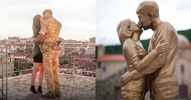 Bức tượng Song - Song hôn nhau được xây dựng ngay tại địa điểm từng là phim trường của Hậu duệ mặt trời.