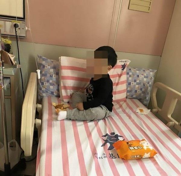Bố mẹ đi làm xa, bé trai 3 tuổi bị khoá trong nhà cạnh thi thể ông bà suốt 2 ngày - Ảnh 1