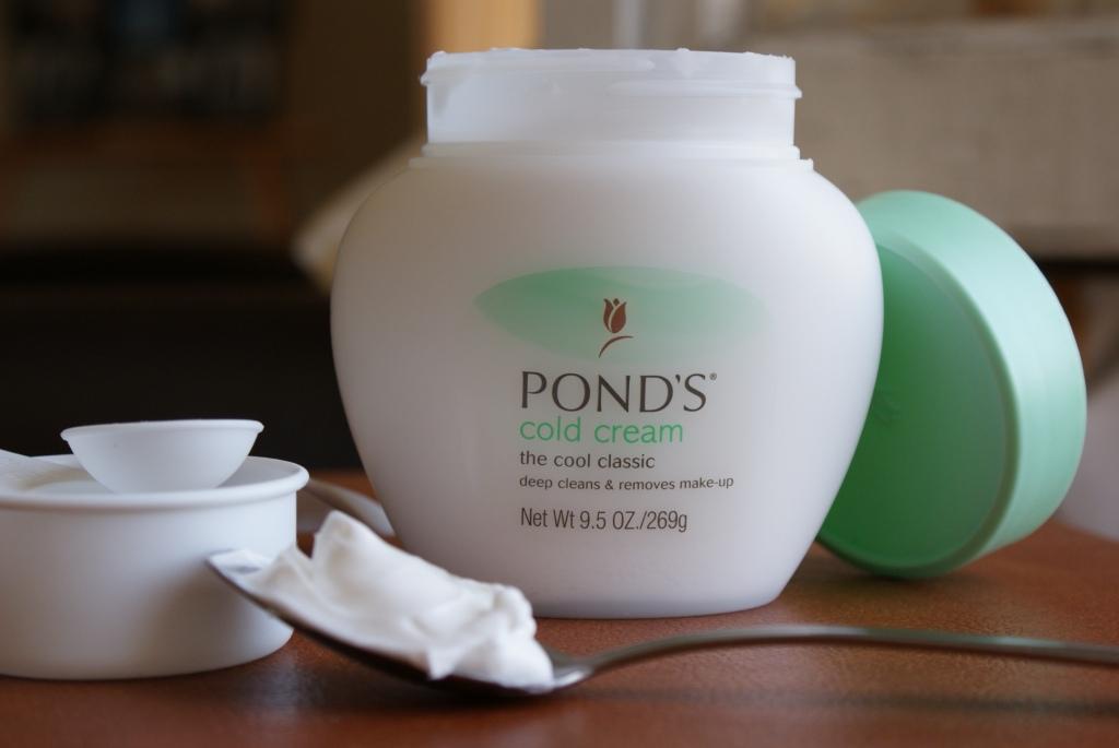 Kem tẩy trang là sản phẩm làm sạch da mặt kết hợp giữa dầu và nước