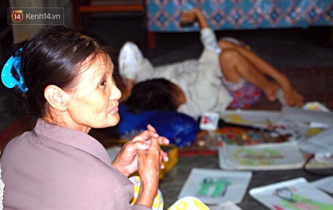 Cô gái khuyết tật ở Huế vẽ tranh bằng chân và lời nói dối đẫm nước mắt của người mẹ - Ảnh 11