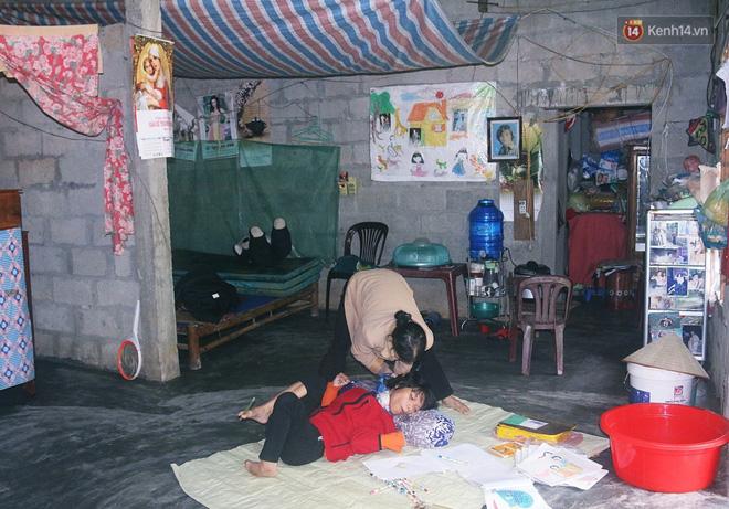 Cô gái khuyết tật ở Huế vẽ tranh bằng chân và lời nói dối đẫm nước mắt của người mẹ - Ảnh 2