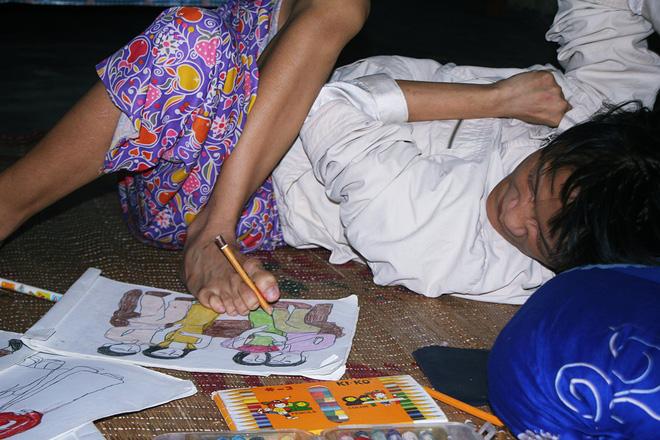 Cô gái khuyết tật ở Huế vẽ tranh bằng chân và lời nói dối đẫm nước mắt của người mẹ - Ảnh 3