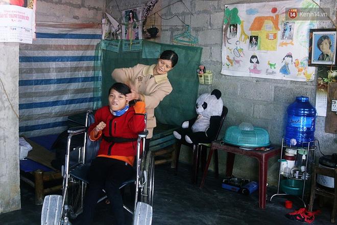 Cô gái khuyết tật ở Huế vẽ tranh bằng chân và lời nói dối đẫm nước mắt của người mẹ - Ảnh 6