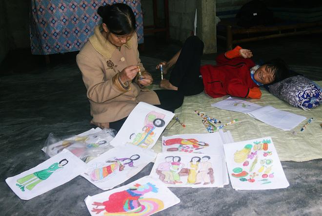 Cô gái khuyết tật ở Huế vẽ tranh bằng chân và lời nói dối đẫm nước mắt của người mẹ - Ảnh 7