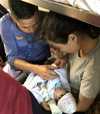 Sản phụ sinh bé trai trên tàu Bắc Nam - Ảnh 1