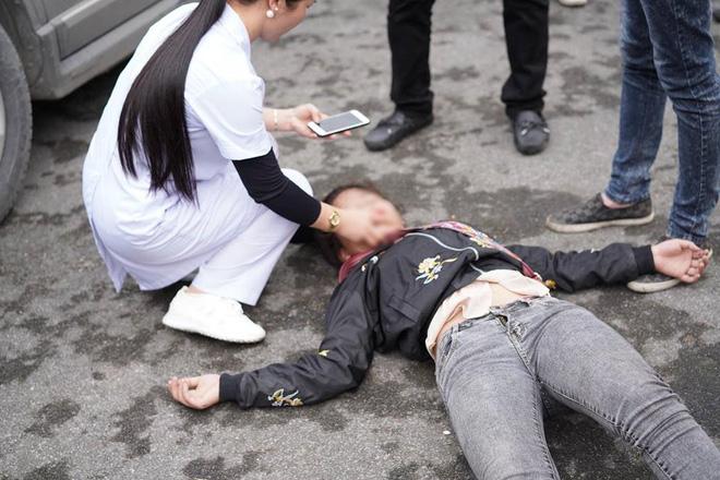 Xôn xao hình ảnh cô gái trẻ ở Hải Phòng khóc lóc vật vã, ngất lên ngất xuống khi chia tay người yêu lên đường nhập ngũ - Ảnh 2