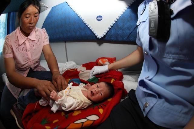 Ôm bé sơ sinh ngủ li bì suốt mười mấy tiếng trên tàu không hề khóc, tội ác của cặp vợ chồng bị bại lộ - Ảnh 3