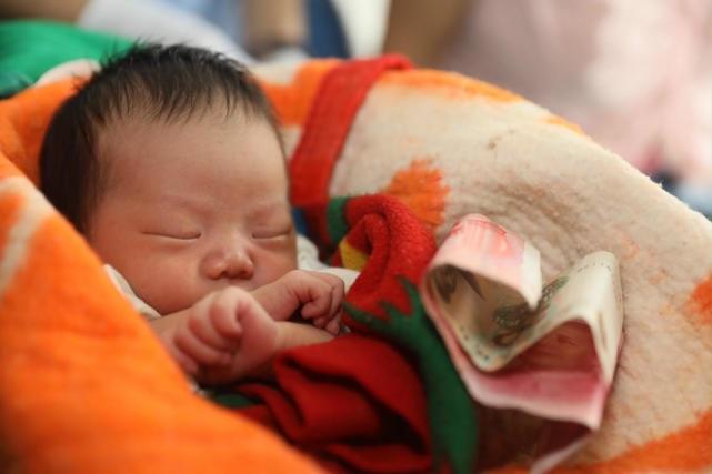 Ôm bé sơ sinh ngủ li bì suốt mười mấy tiếng trên tàu không hề khóc, tội ác của cặp vợ chồng bị bại lộ - Ảnh 4
