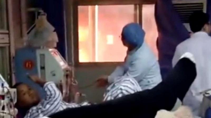 Mặc lửa cháy lớn ngoài cửa sổ, bác sĩ vẫn bình tĩnh làm điều này với bệnh nhân - Ảnh 1
