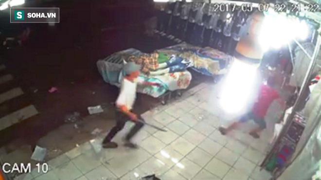 Nhóm côn đồ cầm hung khí xông vào cửa hàng quần áo chém người - Ảnh 1