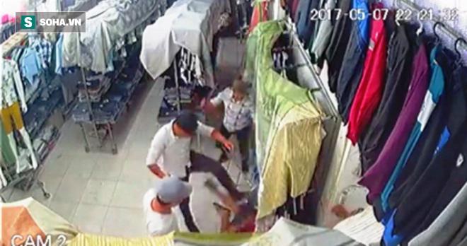 Nhóm côn đồ cầm hung khí xông vào cửa hàng quần áo chém người - Ảnh 2