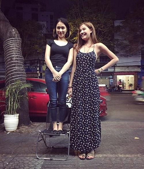 Hài hước 'Nấm lùn' Hòa Minzy đứng cạnh chân dài Angela Phương Trinh