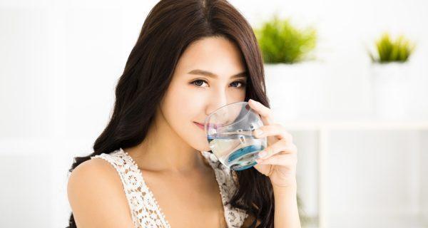 Uống nước đủ 8 cốc là cách chăm sóc da mặt đẹp đơn giản
