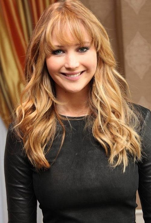 Jennifer Lawrence trông vô cùng trẻ trung và dễ thương với kiểu tóc mái thưa Hàn Quốc