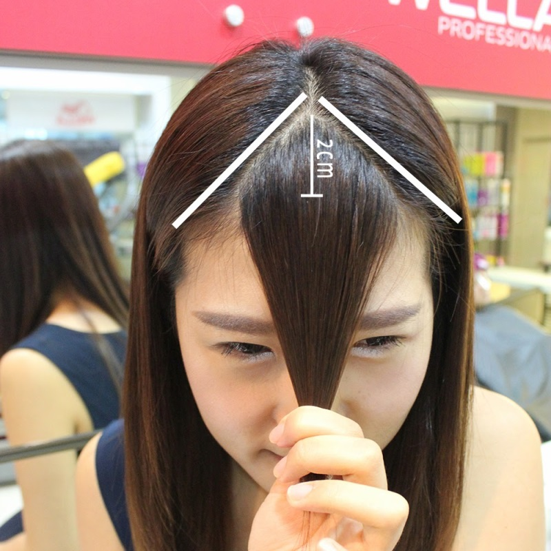 Lấy lọn tóc ở chính giữa trán sao cho cân đối, không bị lệch