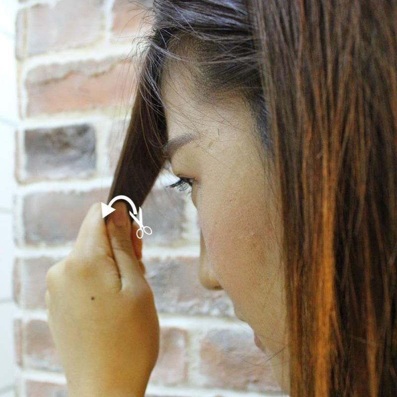 Dùng kéo cắt tỉa nhẹ nhàng tóc một cách chậm rãi và cẩn thận, cắt nhanh có thể khiến mái bị lệch, nham nhở