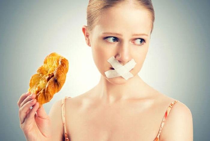 Không nên ăn nhiều đồ cay nóng, nhiều dầu mỡ khiến da khô mọc nhiều mụn hơn.
