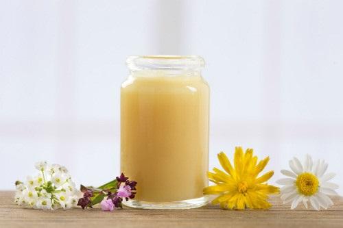 Uống sữa ong chúa mỗi ngày chăm sóc da sáng đẹp tự nhiên