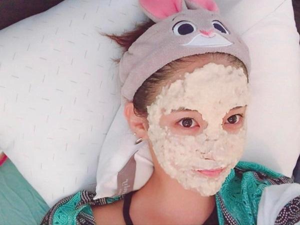 Sử dụng mặt nạ dưỡng da, cấp ẩm dưỡng chất nuôi dưỡng da bị lão hóa từ bên trong
