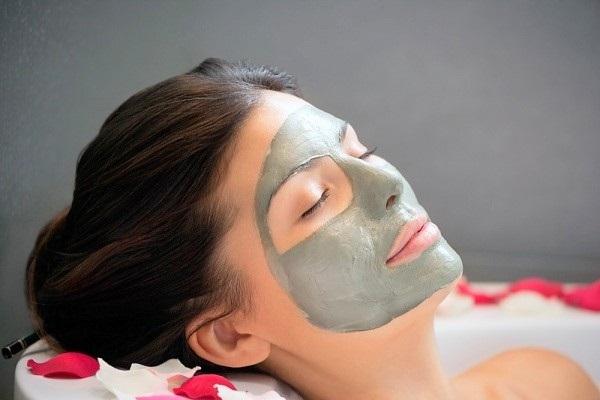 Đắp mặt nạ dưỡng da làm sạch, cấp nước để chăm sóc da mặt bị mụn ẩn hiệu quả nhất