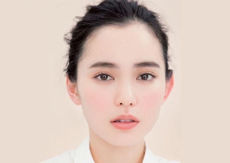 Muốn chăm sóc da mặt bị mụn đầu đen phải tẩy trang sạch sẽ đầu tiên