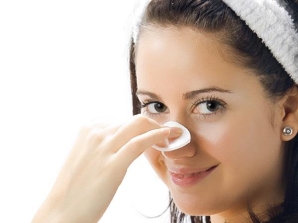 Bí quyết chăm sóc da mặt bị mụn đầu đen là phải tẩy da chết thường xuyên