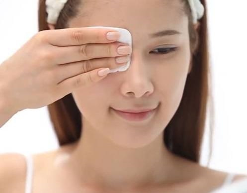 Sử dụng nước hoa hồng chăm sóc da mặt bị nhờn tốt nhất