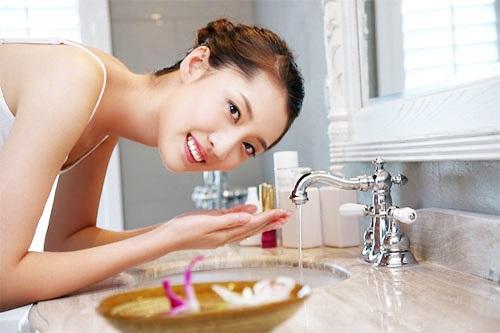 Làm sạch da là bước quan trọng đầu tiên trong cách <a target='_blank' href='https://www.phunuvagiadinh.vn/cham-soc-da-mat.topic'><a target='_blank' href='https://www.phunuvagiadinh.vn/cham-soc-da-56'>chăm sóc da</a> mặt</a> đẹp