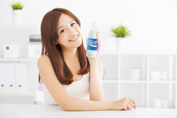Uống nhiều nước để làn da mịn màng, đẹp tự nhiên trong mùa hanh khô