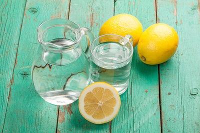Uống nước chanh buổi sáng tăng cường sức khỏe cho da mặt nhạy cảm