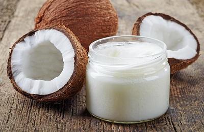 Dùng dầu dừa dưỡng ẩm mỗi tối cho da mặt nhạy cảm đẹp mịn màng