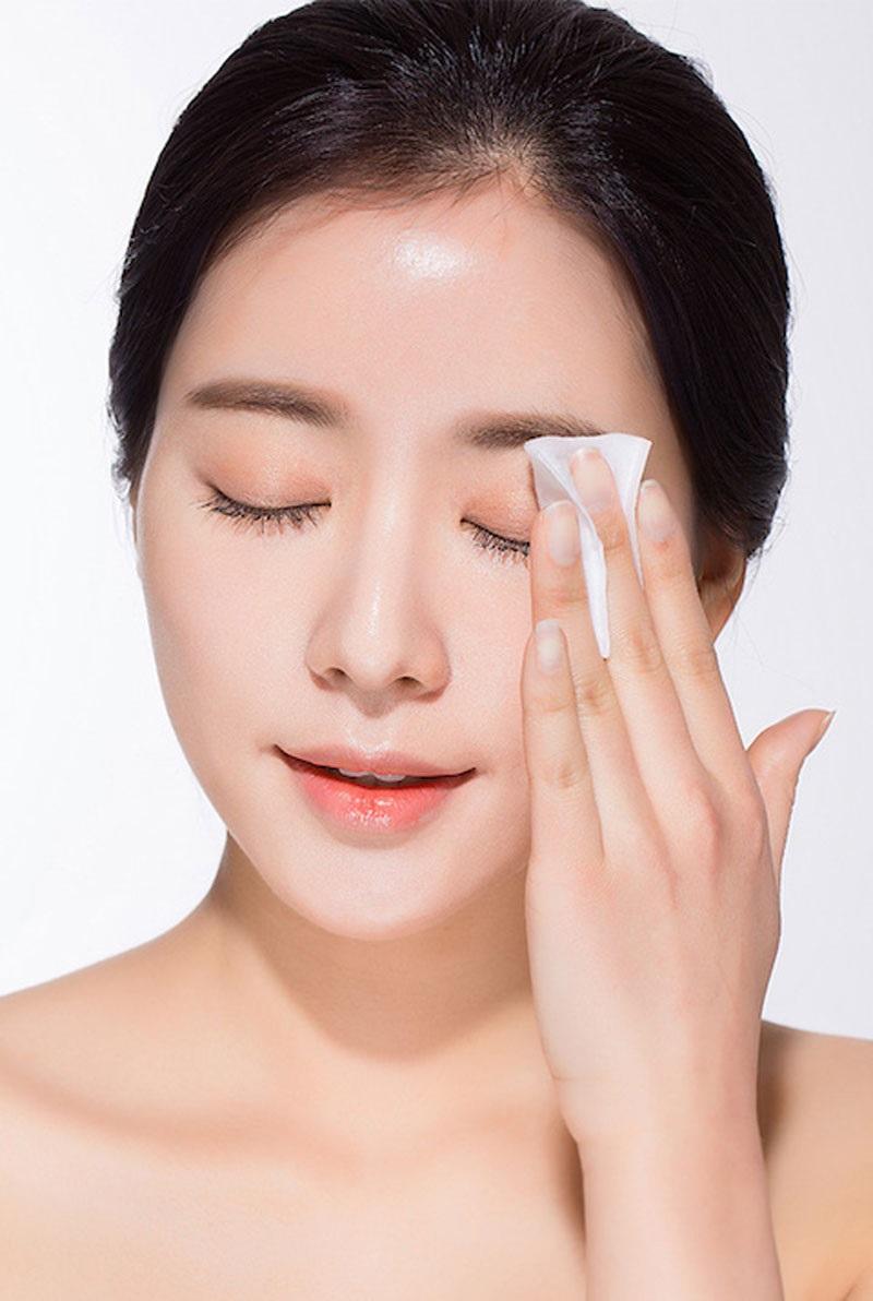 Dùng toner vừa làm sạch lại cấp ẩm tự nhiên, chăm sóc da nhờn nhiều mụn khỏe mạnh