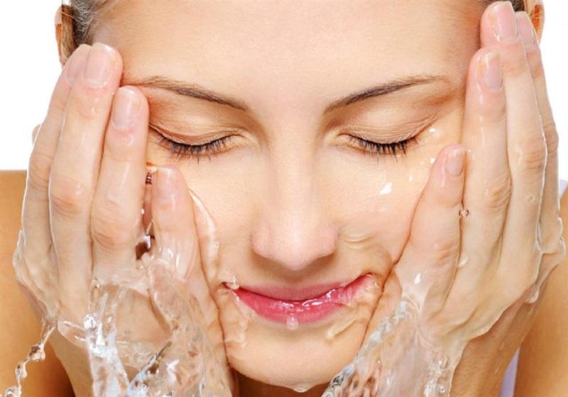 Vệ sinh mặt là vấn đề cần lưu tâm trong cách chăm sóc da mặt sau khi lăn kim