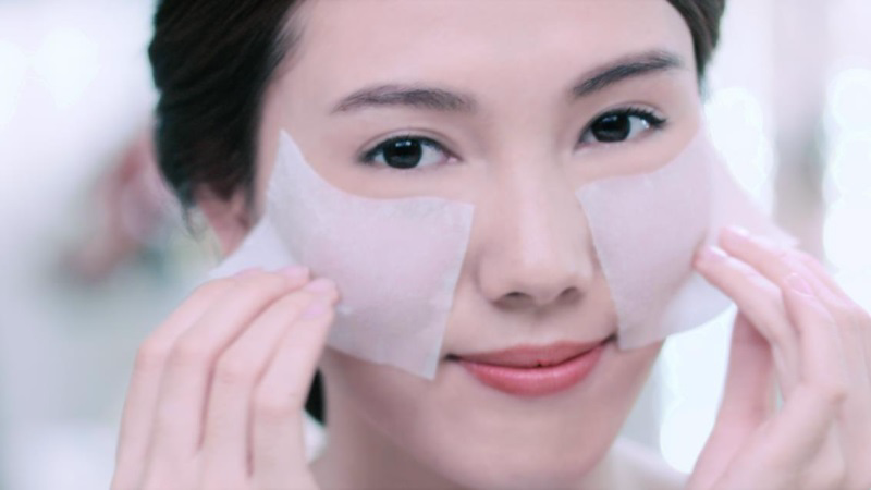 Tẩy trang sạch mỗi tối là cách chăm sóc da mặt se khít lỗ chân lông quan trọng