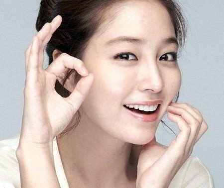 Sử dụng kem mắt để hạn chế quầng thâm, chăm sóc da mặt vào buổi tối tươi trẻ dài lâu