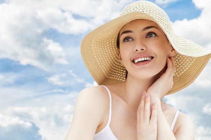 Khi đi ra ngoài, ngoài bôi kem chống nắng bạn nên đội mũ và mặc quần áo bảo hộ cho da.
