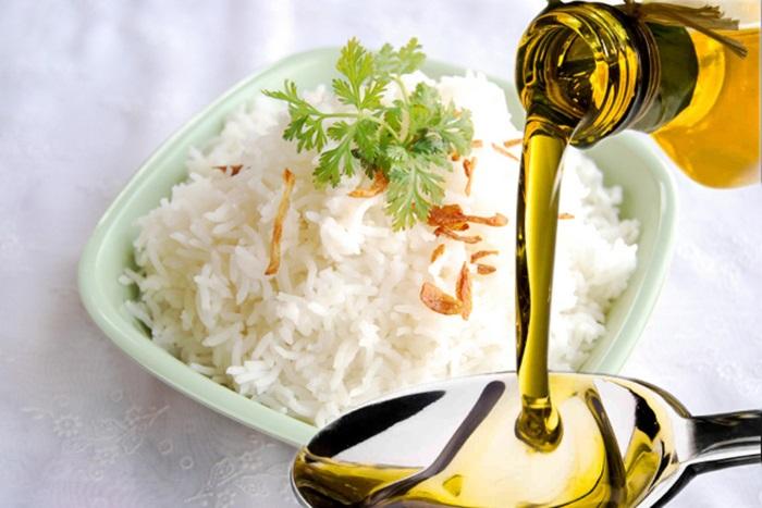 Sử dụng dầu dừa như thực phẩm hàng ngày sẽ có tác dụng chữa bệnh trĩ rất tốt.