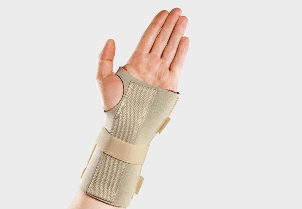 Cố định cổ tay để hỗ trợ trị bong gân hiệu quả nhanh hơn