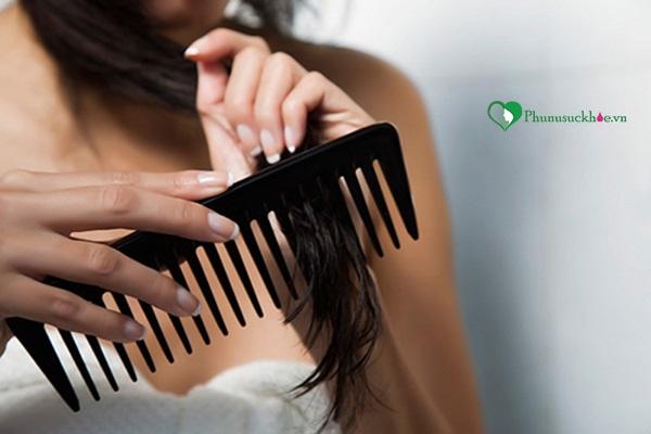 Dùng lược thưa hỗ trợ trị rụng tóc sau khi sinh